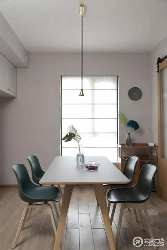 餐厅木质餐桌,搭配塑料座位的4张餐椅,简洁舒适的布置,让用餐时间变得轻松而又闲适。