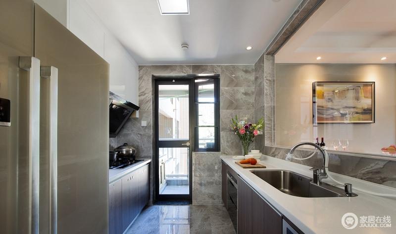 厨房简洁实用就好,透过玻璃门铃空间的采光更好,客餐厅的一举一动都映入眼帘;美食的味道,美味的享受,从这里开始,打破了灰色砖石的暗沉,厨房也足够实用。
