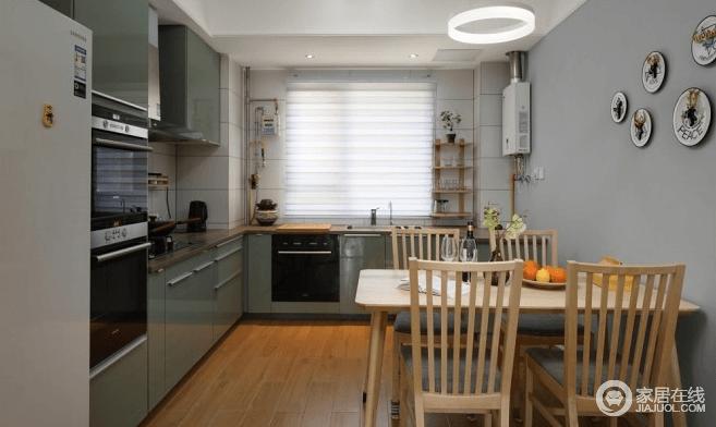 厨房餐厅融为一体使得在烹饪美食时又可以和家人互动沟通,这种家庭气氛更加亲密融洽;餐厅和客厅其实只相隔一个走廊,放大了整个餐厅的实际面积,采用的木质桌椅让整个餐厅充满自然温和的质感。