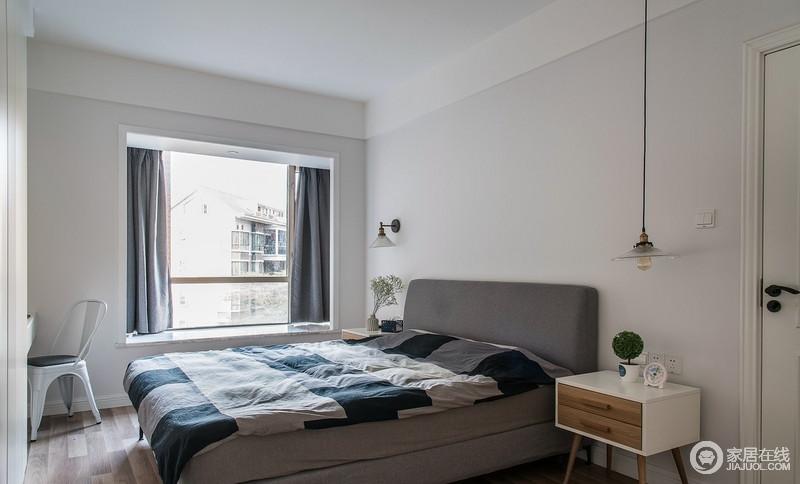 卧室以柔舒适恬静的浅灰色漆来粉刷空间,与白色吊顶构成素静和柔和,深灰色的窗帘和床品,与之组合出稳重;北欧家具和个性的壁式台灯妆点出美感,同时,让生活也颇为利落和实用。