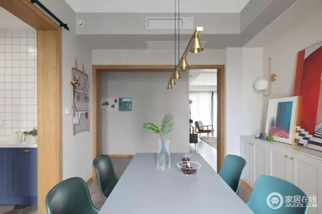 餐桌上简易的玻璃瓶插枝,与顶上的黄铜质感吊灯,凸显出材质艺术,与空间内白色餐桌、绿色餐椅的北欧气息,为生活增添了精致与色彩。