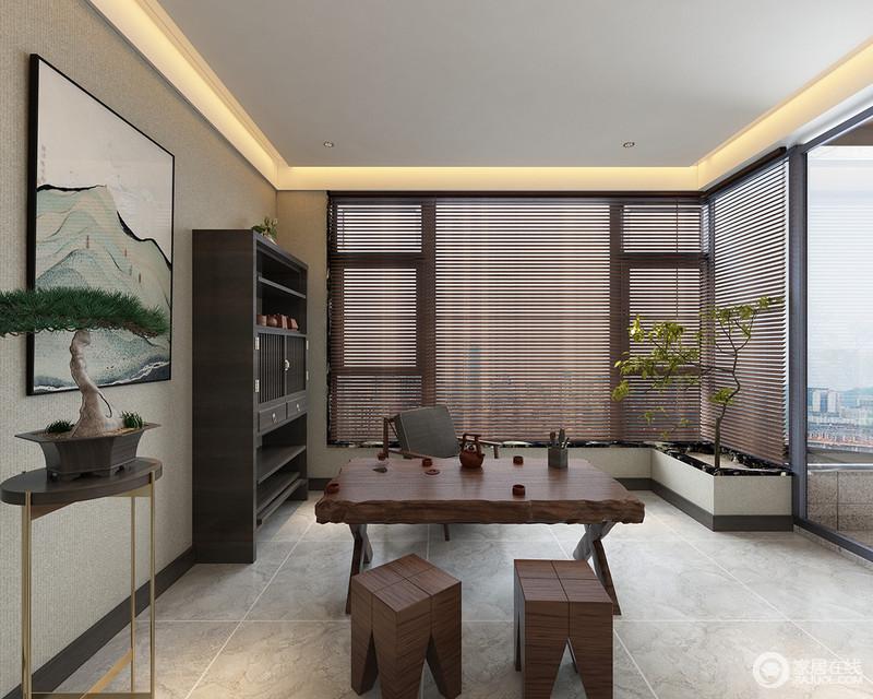 茶室在格局上与书房相连,开放式的空间在自然光线下,具有通透性;茶室整个格调淡然,方形木雕茶几、凳,传递着朴质的气息;花架上盆栽和窗边绿化带及挂画上的山水,将中式禅寂闲逸,弥漫于室。