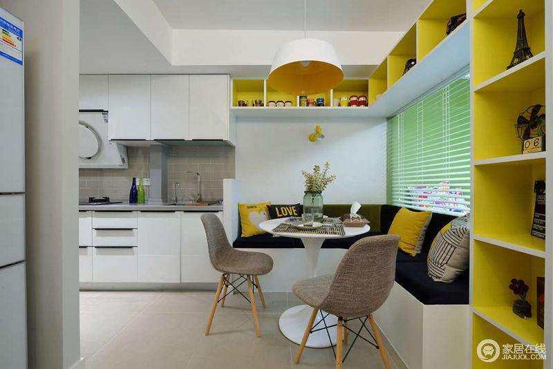 敞开式的厨房,与餐厅相连,整体的白色中,卡座增加了跳脱的黄色和沉稳的黑色及柔和的驼色,让空间瞬间变得活力又休闲;百叶窗背后是划分出来的小小儿童房。