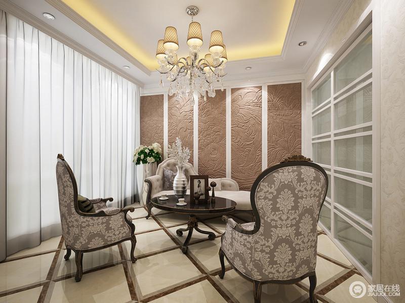休闲室以石雕墙来展现工艺之精,菱形地砖的深浅设计,表达出几何之美;新古典贵妃椅因为浅灰色扶手椅而组合出优雅,白色纱幔的唯美,暖光的温馨,让空间充满了和雅富贵。