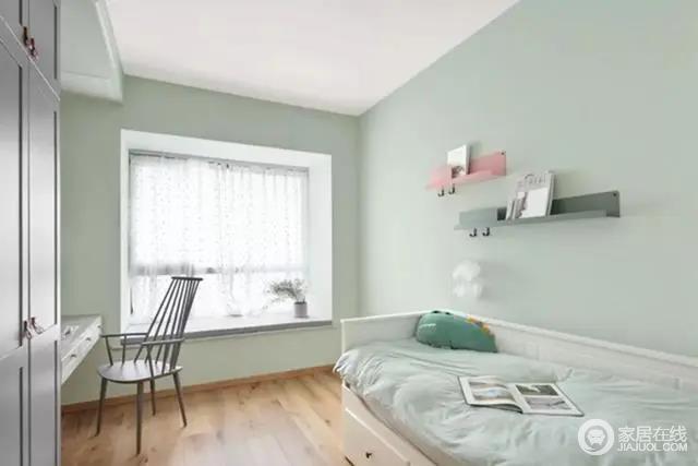 儿童房整体淡绿色的设计给人清新感,靠墙布置一张桌子因为北欧家具的个性颇显设计感,搭配飘窗营造惬意感;墙面粉+绿的格架挂钩,也是一个丰富实用的情趣设计,更为精致。