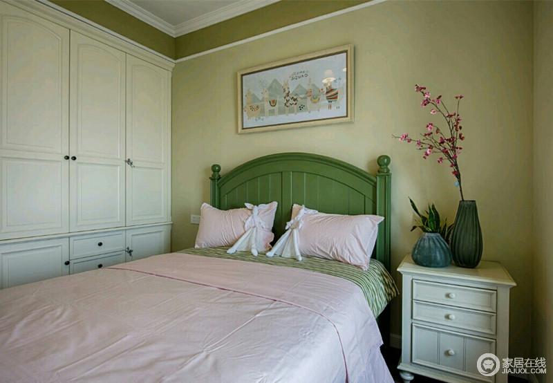 卧室很有创意的使用棕色乳胶漆走了顶线,加上白色的石膏线修饰,既让整个空间有了分层作用,又无形中拔高了空间;墨绿色的双人床铺以粉色床品,加上米黄色的墙面和白色的衣柜、床头柜,空间显得朴质又浪漫活泼。