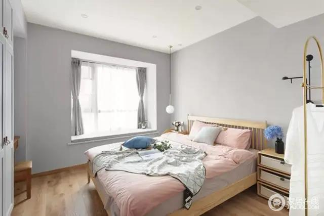 浅灰色的墙面为基础,搭配一张浅木色的实木床,与灰粉配的床单让卧室空间简约舒适而浪漫。