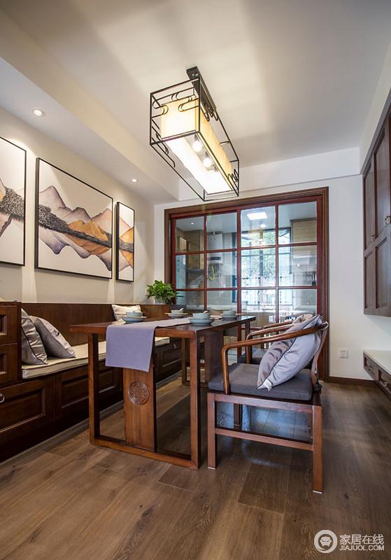 玻璃推拉门使餐厅与厨房隔而不断,餐厅内设计师利用仿罗汉榻的卡座搭配厚重但线条简约的实木餐桌椅,使空间大气且实用。