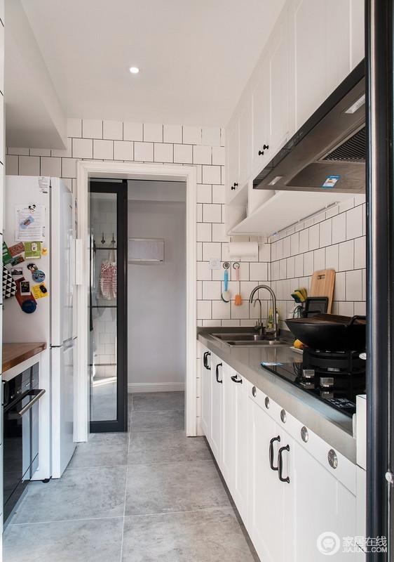 黑白的谷仓吊门,与亮面的原木厚台面,更使原本明亮的厨房多了一份时尚的感觉;小白砖的墙面搭配白色橱柜,带来浓厚地北欧风情。