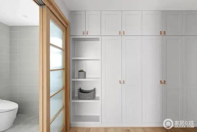 衣帽间与卫生间隔着一个木质推门,大面积的收纳为主人提供了充足的衣物储藏位置,增加了生活的收纳艺术。