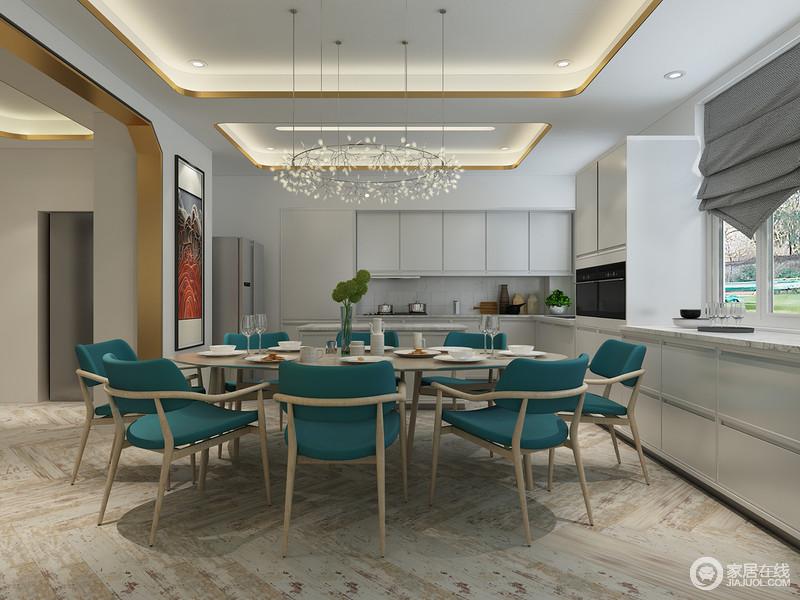 餐厨一体化极大地便利了用餐,原木为支架、蓝色为衬托打造出来的餐椅透露出现代之风,斑驳的地面成为最历久弥新的装饰。