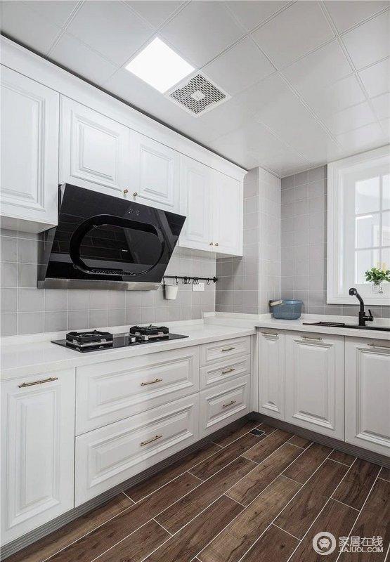 厨房增设橱柜操作台面,满足基本的厨房操作功能;玻璃推拉门+玻璃折叠窗的设计,增加了厨房的自然采光。与白色橱柜让空间更为干净利落,也不失收纳哲学。