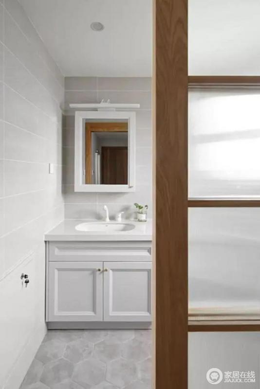 卫生间在灰色六边砖铺贴地面,显得具有集合之美;整体空间非常的现代简雅舒适,白色盥洗柜让生活更为实用和简单,也易于打理。