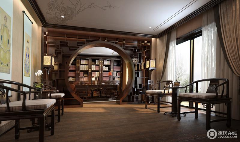书房结构感强烈,以方圆之意制成的展陈柜以中式之意来锐化空间,并以造景的方式,让中式基调的书房更为复古和尊贵;中式圈椅、圆几对称出和雅,兼具休息室的功能,有序的陈设张扬着传统之美。