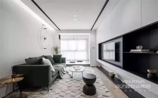 整个客厅的设计也给人一种简单生活的感觉,电视墙整排的柜子极大的增加了储物空间,而中间黑色的留空作为电视和展示的功能,黑白两种颜色的碰撞,总会带来一些视觉冲击。