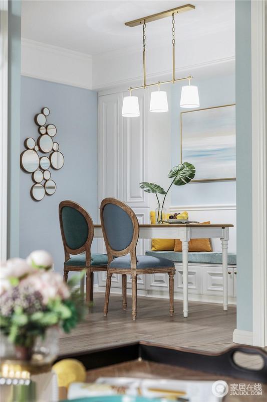 餐厅墙壁设立收纳柜,采用中间卡座、左右收纳的形式,好看又实用;而墙面的镜饰墙与美式桌椅,给予空间美式之风,浮云缥缈的艺术挂花与一器一物,点缀出生活的优雅。