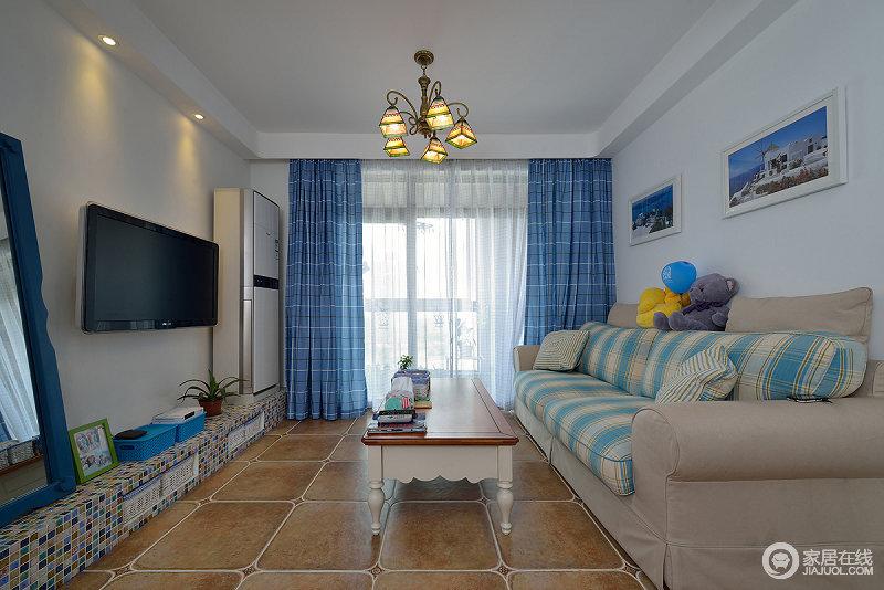 客厅整体采用蓝白搭配,窗帘沙发都是以蓝色为主,地板和灯饰以海边元素装饰,整体上非常的浪漫。
