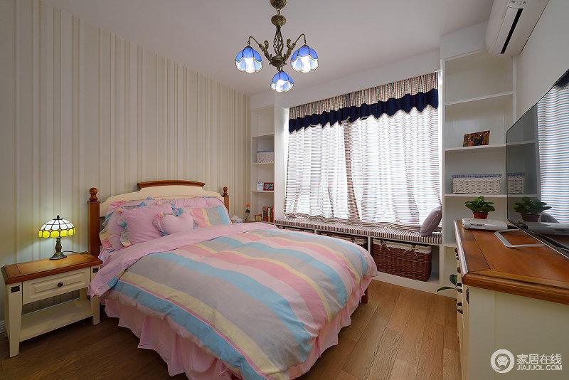 卧室从墙面到床品,都运用了条纹元素,带来悦动活泼;房间里定制了很多书柜,可以放置书籍,实用性强。