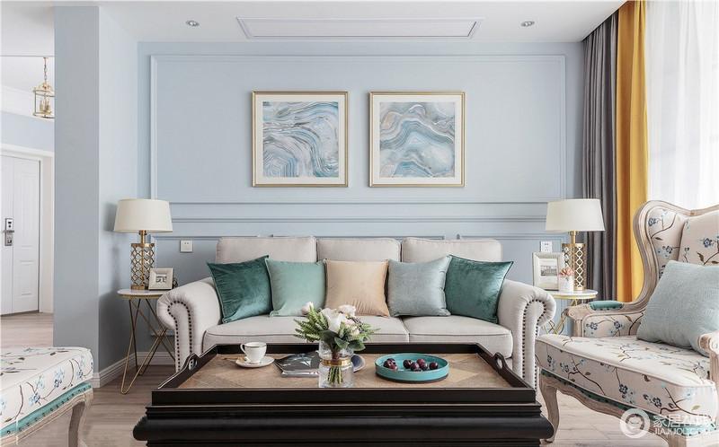 客厅墙面选择将蓝色色彩纯度降低,明度中度,来搭配重色色的美式家具,并配以绿色系为主的靠垫,丰富空间色彩层次,同时,金属底座的台灯和圆几,给予空间现代美式的轻奢。