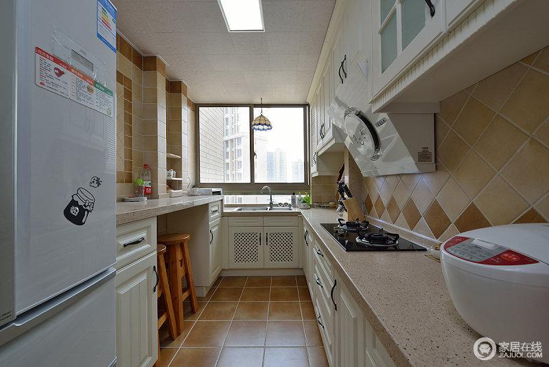 厨房地面和背景墙面采用土黄色瓷砖铺贴,带来泥土般的朴实;橱柜则以干净的白色搭配,提亮空间;U型厨房设计,让空间充分被利用。