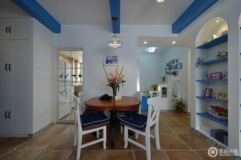 餐厅的桌子使用了木质颜色暗红色,椅子使用了白色,坐垫和吊顶则运用蓝色,搭配上清新朴质,又非常的灵巧。