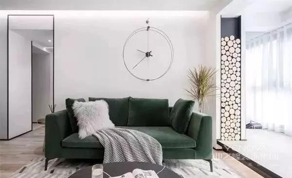 客厅大部分空间留白,让空间更纯粹一些,墨绿色的沙发给这个空间增添了很多气质。