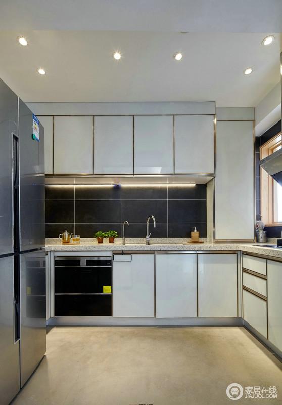 厨房L型的空间格局避免了操作时的拥挤,也合理地利用了空间,米色地砖搭配白色橱柜,层次之中,给予空间利落感。