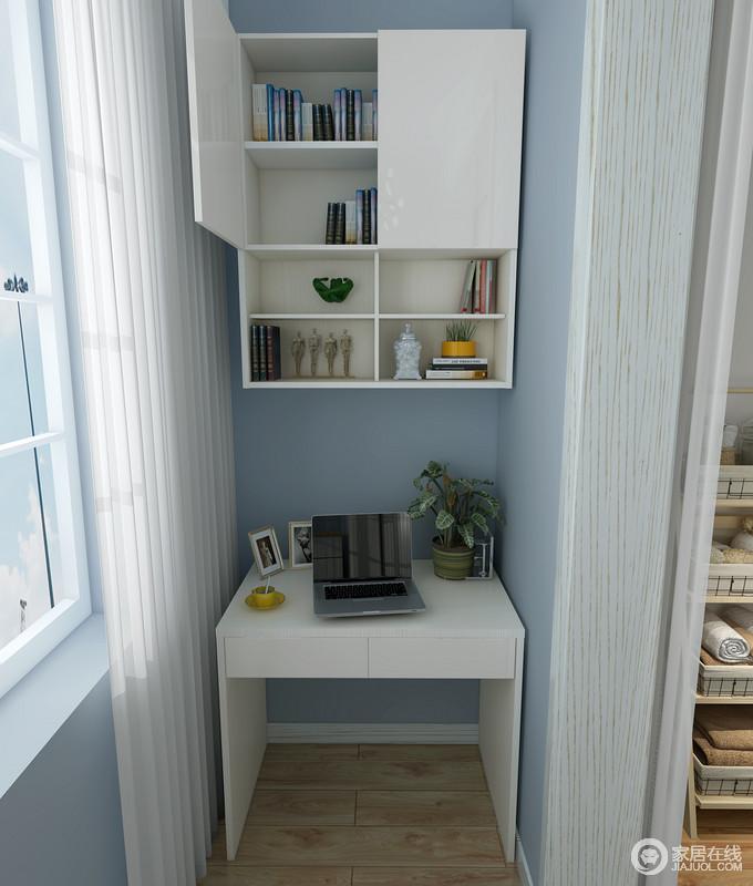 阳台以蓝色的漆为主,粉刷出了天空一般的清新,搭配白色的吊柜和小边柜,让空间具有了收纳作用,白色纱幔作为衬托,给予空间几分轻盈。