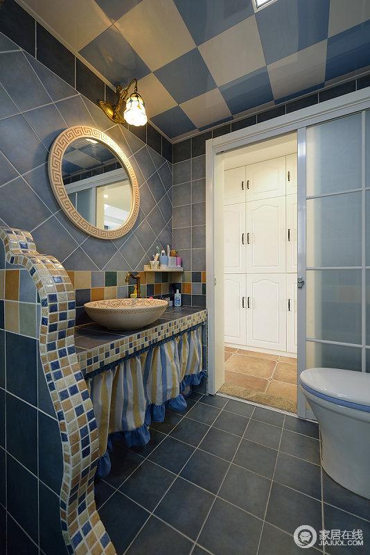 卫生间设计也是清新的地中海风格,瓷砖地板皆是以蓝色为主,盥洗台处添加了曲线造型,饰以马赛克砖,演绎出别样风情。