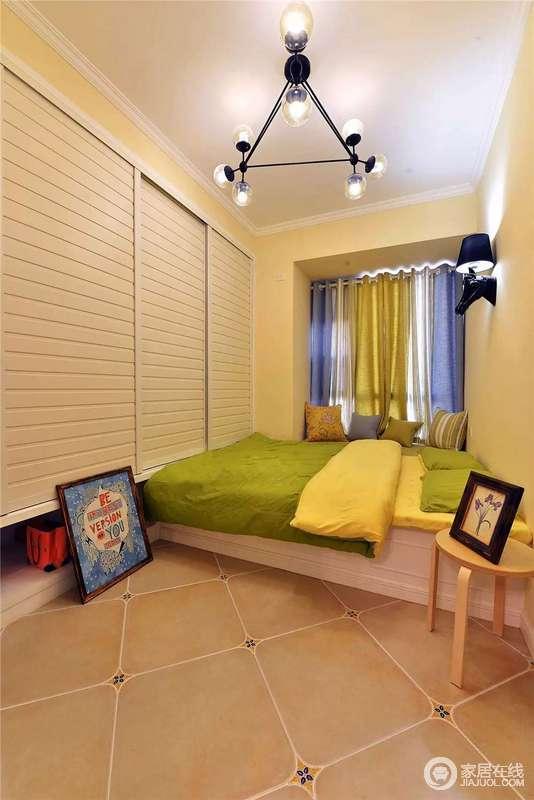 卧室将衣柜做成了整面墙,增加了实用性与规整性之外,让空间更为宽敞;而彩色窗帘与绿黄色的床品以色彩暖化空间,也让空间更为清新。