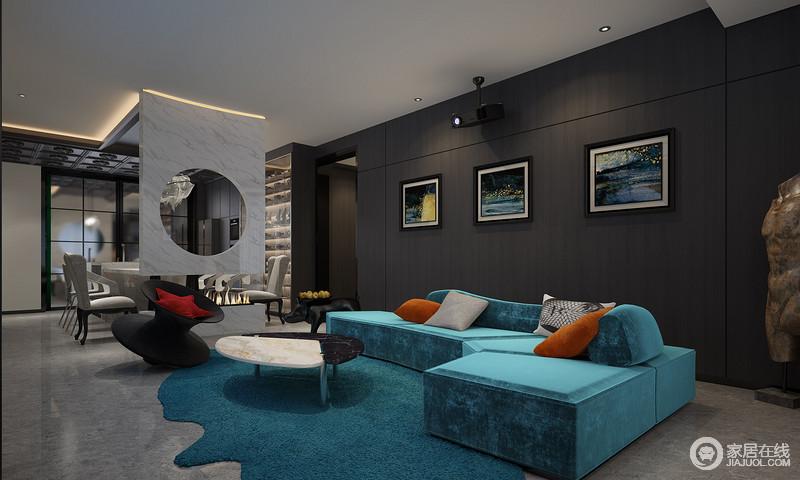 在空间中可以看到最具未来感的视觉元素和Roberto Cavalli 的组合艺术,在客厅多处运用了新材料的研发和简约墙板设计,搭配全新设计理念的Edra-Cabana高奢家具,在彰显身份的同时,也带来了未来感和轻松惬意。