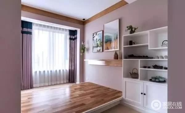 会客室装的是地台,采用开放式设计,光线明亮,宽敞大方,墙面一个白色的柜子,方便用来摆放茶具等物品。