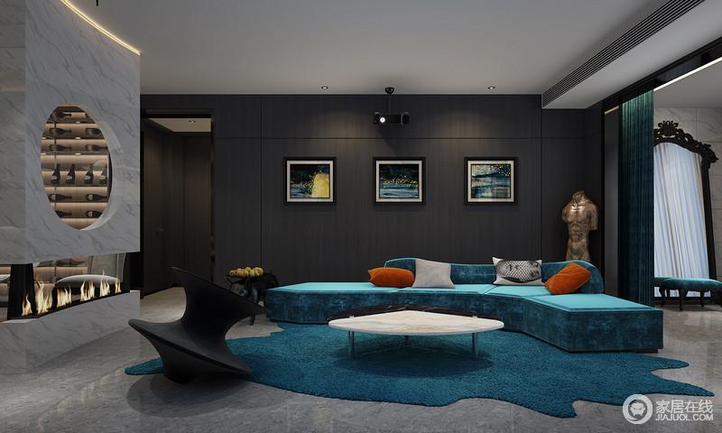 客厅虽然色调反差比较多大,沙发背景墙以黑色板材来铺贴,搭配油画,带来一种展陈空间所具有的高级艺术;低调优雅地孔雀蓝沙发和地毯,高贵明艳,沿袭了古典的摩登和优雅,黑白拼接地大理石茶几和单椅,与之组成现代轻奢的生活格调。
