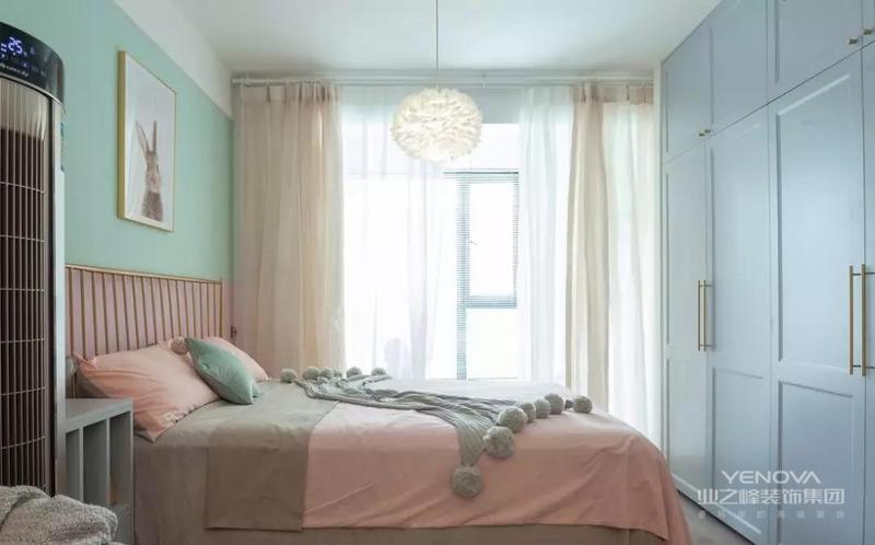 这个小窝的收纳空间也不会少,卧室床尾的位置做上到顶衣柜,和侧方的电视柜连在一起,以满足屋主平时的收纳需求。