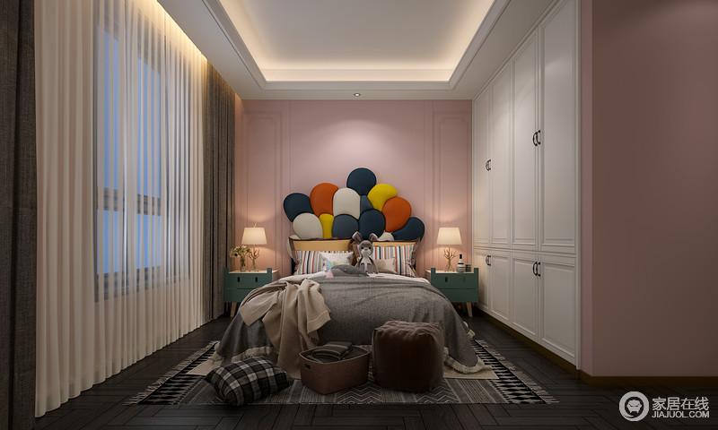 女房是梦幻的、青春的,床头那一簇童趣的床头是这面粉墙中的点睛之笔,整面白色衣柜中和粉色墙的搭配,营造了甜美与梦幻;深色系木地板映衬其中,多了一些优雅和高贵,正如绿色床头柜,带来不一样的色彩活力。