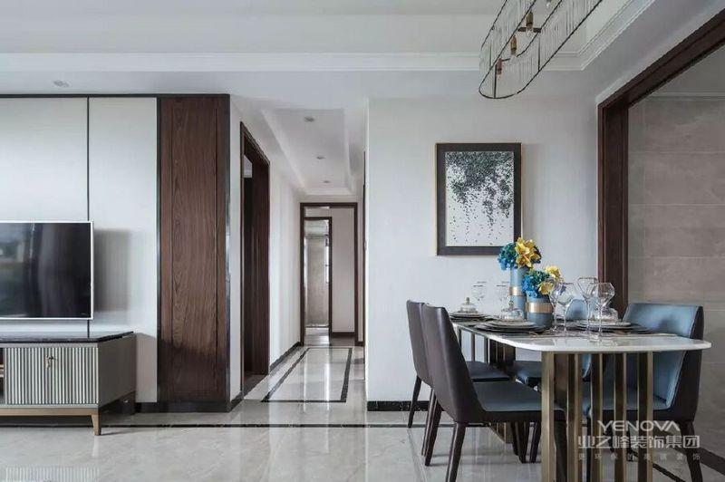餐厅连贯着客厅的硬装整体,背景墙一幅绿色的墨画,轻奢精致的铜质大理石餐桌,搭配上棕色+蓝色坐垫的皮艺餐椅,餐桌上蓝黄相映的插花,使得用餐氛围端庄优雅。
