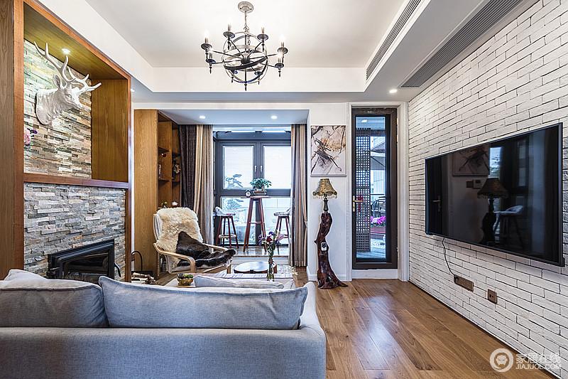 客厅以原木和文化墙砖为主打,搭配皮毛椅垫,让整个空间演绎着不同的材质之美,浅灰色布艺沙发与之组合,更为温馨。