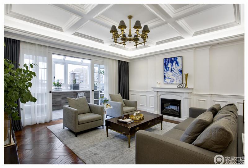 纯白色的色调搭配高级灰的沙发,小小的空间充满了现代的质感,同时,因为壁炉和沙发更显精致。