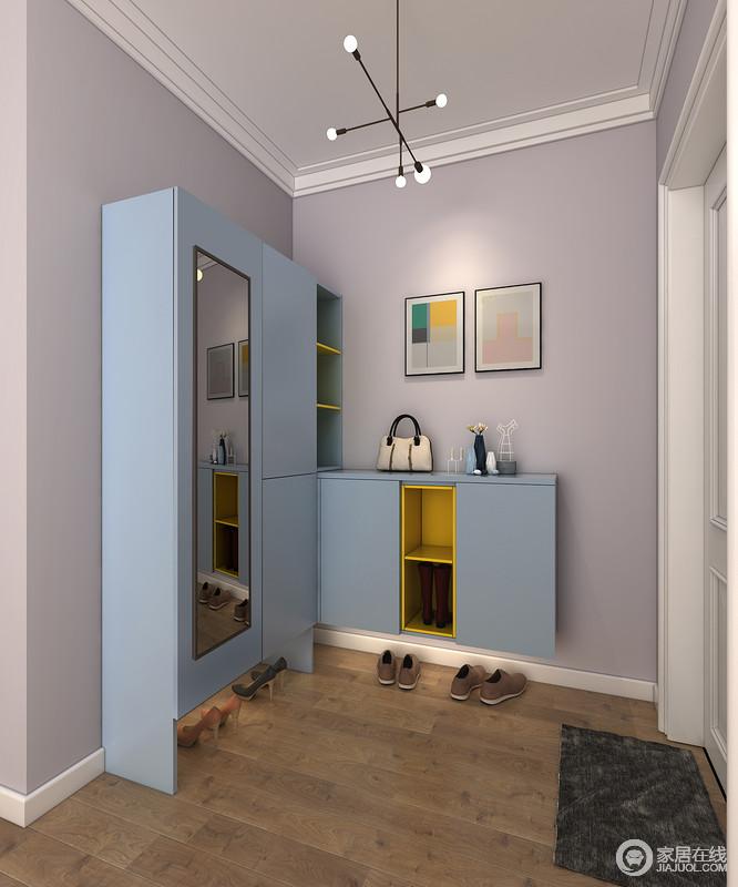 宽敞型门厅尺寸比较方正,除了利用好侧方的门厅柜,迎面处的墙面也不应浪费,利用转角进行结合,放大了收纳,淡紫色墙漆搭配蓝色柜体,更多了份色彩的轻快。