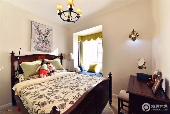 卧室以米色刷漆,飘窗出的蓝色和蓝色带来一种明快与时尚,让原本厚重的美式家具也多了几分质感;田园风的软装搭配复古感的灯饰、动物画作,令生活愈加温馨。