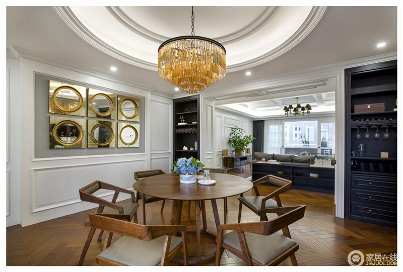 圆形的餐桌和水晶灯搭配在一起,整个空间多了几何造型的美学;金属质感的镜饰与吊顶的圆形构成圆润,让空间更为大气。