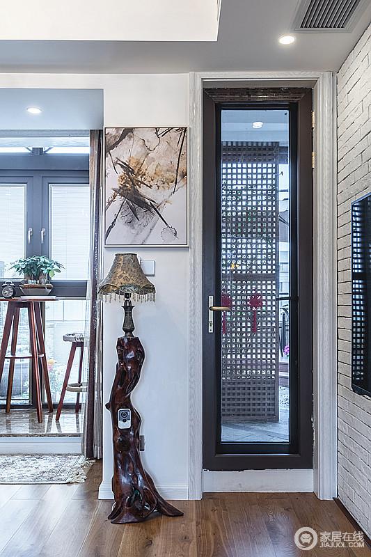客厅和阳台打通,转角处打开,让光线更加充,提升了空间的采光;温馨的摆设增添了岁月感,搭配挂画,颇显收藏之美。
