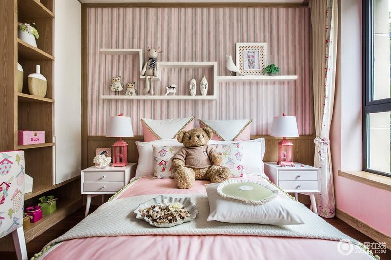 儿童房注重温馨和童趣的营造,以粉色壁纸、涂料来奠定甜美的气氛,而搭配粉色和儿童玩饰来增加欢乐;嵌入式储物柜与背景墙的组合收纳架,无疑,让空间陈列出艺术感,给孩子带来无尽地想象。