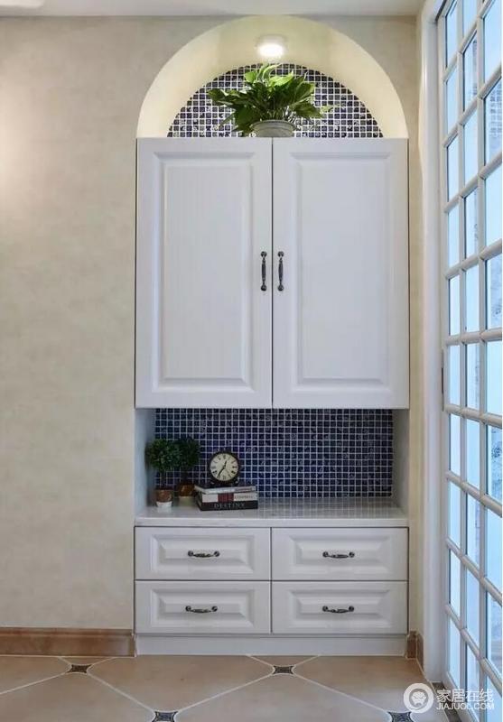 玄关的位置是有一组白色的内嵌式的衣柜,上面可以放一些衣服,下面可以放一些小物品。收纳很重要!