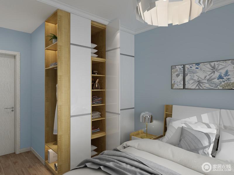 卧室的衣柜以白色为主,柜内的原木自带一种自然朴素,与木地板成就了生活的温实;蓝色漆搭配素色床品,舒适而温馨。