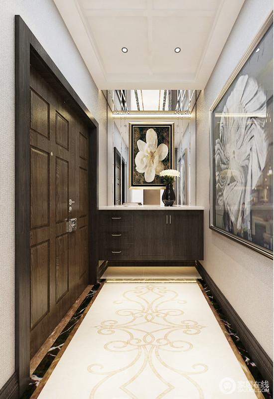 门厅的设计十分新颖,黑砖线与米色造型砖搭配出复古风,下沉式吊顶解决了空间挑高的问题,更为饱满;镜面墙上悬挂的花卉作品和画作拼凑出了空间的艺术感,满含生活雅致。