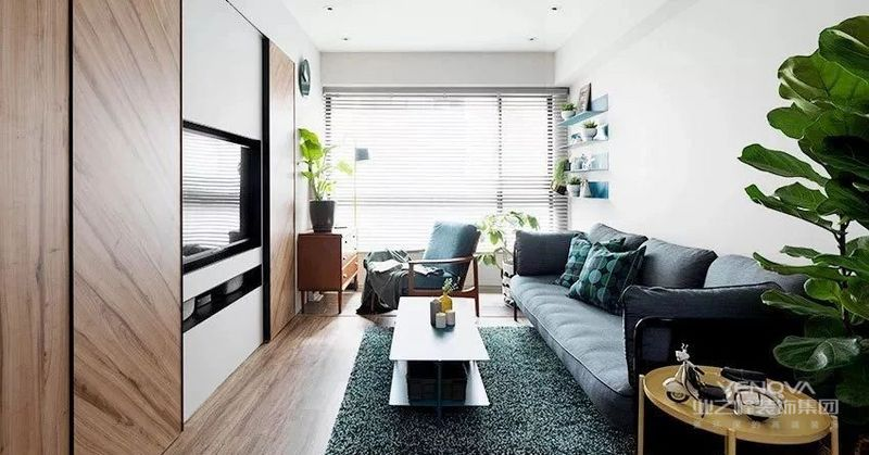 客厅地面通铺木质地板,搭配简约无主灯吊顶,空间中加入业主喜爱的蓝色系点缀,打造层次感居家环境