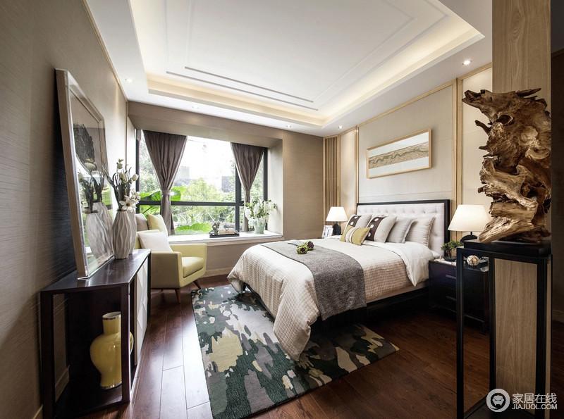 主卧室层叠的几何吊顶,简约之中,勾勒出了层次感,而米色漆粉刷的空间搭配褐色地板,着实暖意十足;黑白组合的现代家具考究、黄色扶手椅、跳色花卉地毯给予空间不一样的质感和色彩,让原本敦实的空间,有了几分活力。
