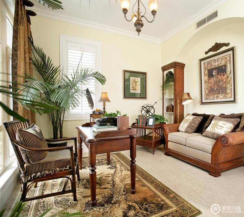 沙发的背景墙以拱形墙上装饰精致的花纹,空间中融入绿植,色调简化而舒适。