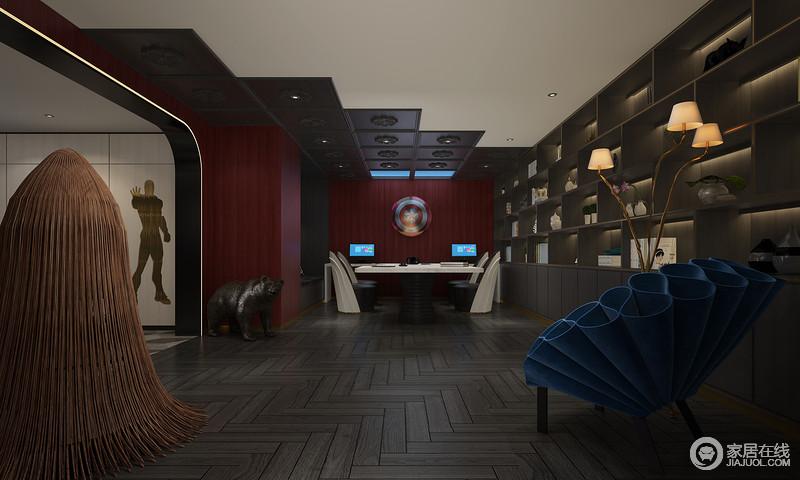 书房墙壁选用钢铁侠经典的红、正中间美国队长的盾悬挂其中,德罗尔工作室的孔雀椅放置在空间角落,整体空间大胆丰富的配色给人以强烈的视觉冲击,置身其中一如徜徉在经典漫威英雄电影里面的场景,更多有趣的细节等待着你的发掘。